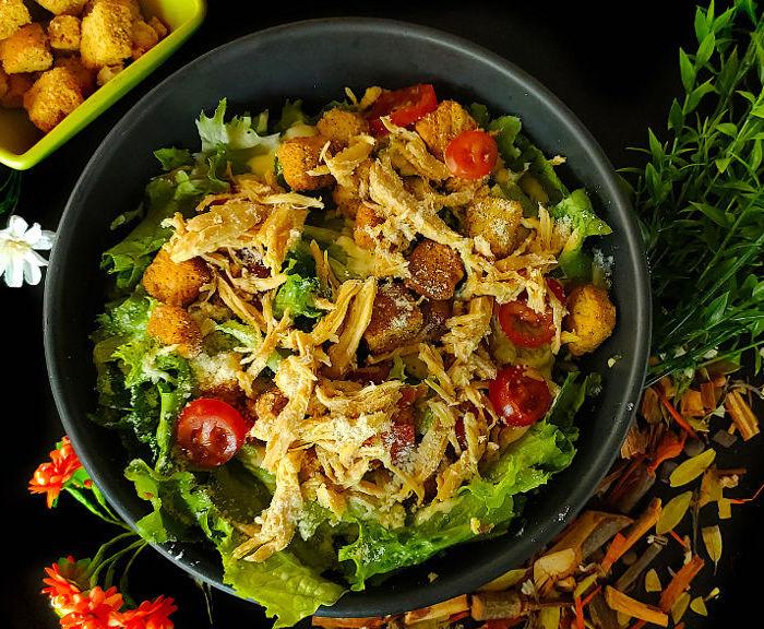 Sałatka sycylijska z makaronem, rukolą, suszonymi pomidorami, oliwkami i kurczakiem