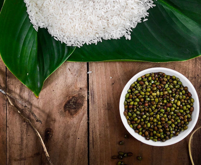 Sałatka z surimi, ryżem i warzywami  – przepis na szybką sałatkę