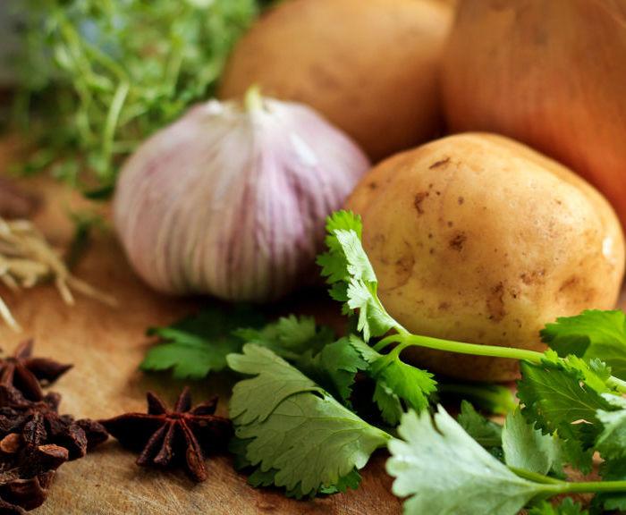 Zupa czosnkowa z serkiem topionym – krem z białych warzyw w 30 minut!