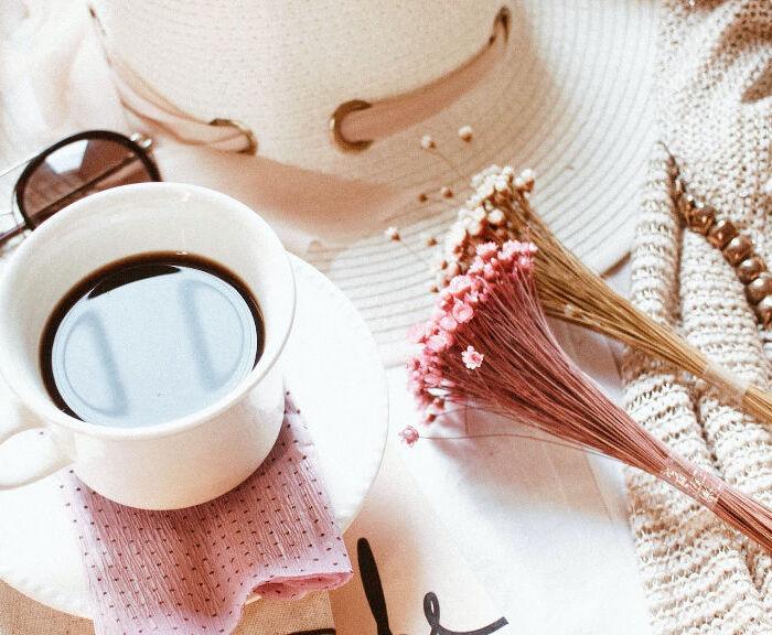 Kosmetyki na wakacje, które warto zabrać ze sobą w każdą podróż